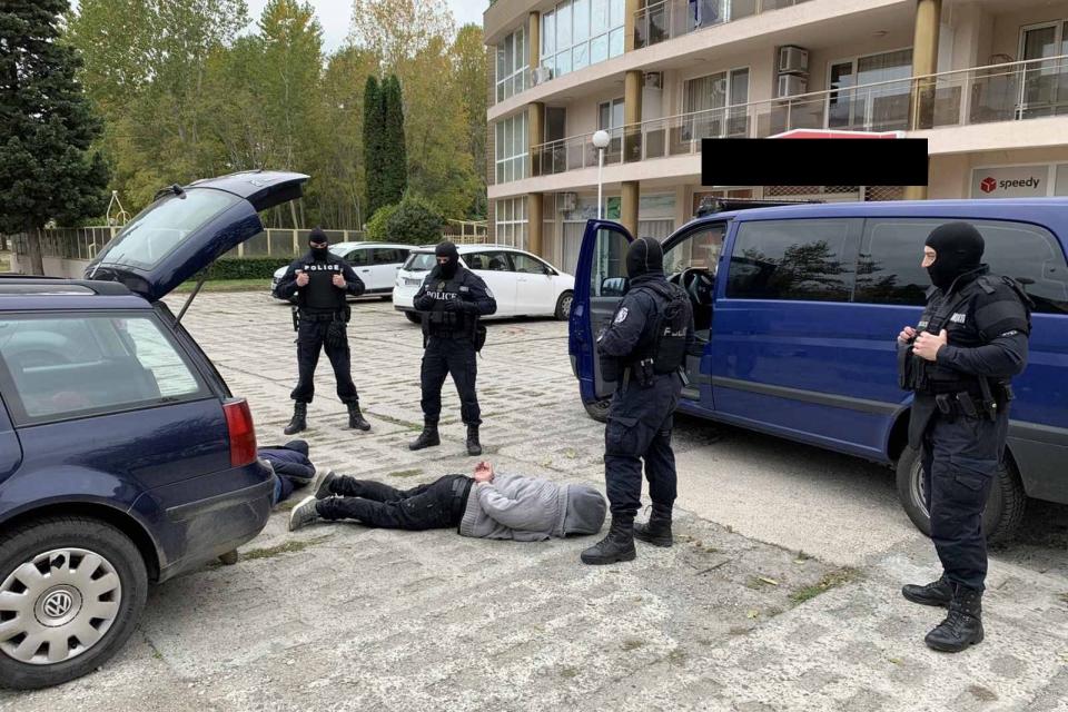 """Двама криминално проявени мъже от Варна / на 31 и 55 години/ са задържани от служители на отдел """"Криминална полиция"""" и """"Специализираните полицейски сили""""..."""