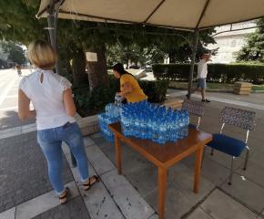 Поради високите температури Община Ямбол раздава безплатна минерална вода, започва и оросяване на улиците