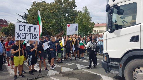 За трети пореден ден жители на Айтос и околните села излизат на протест, предават от Нова. Очаква се отново да има и блокада. Хората настояват да бъде...