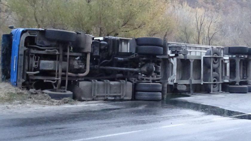 """За пореден инцидент с тежкотоварен камион в Айтос, съобщават от полицията в Бургас. Снощи около 21.45 часа на кръговото кръстовище в Айтос, по ул. """"Славянска""""..."""