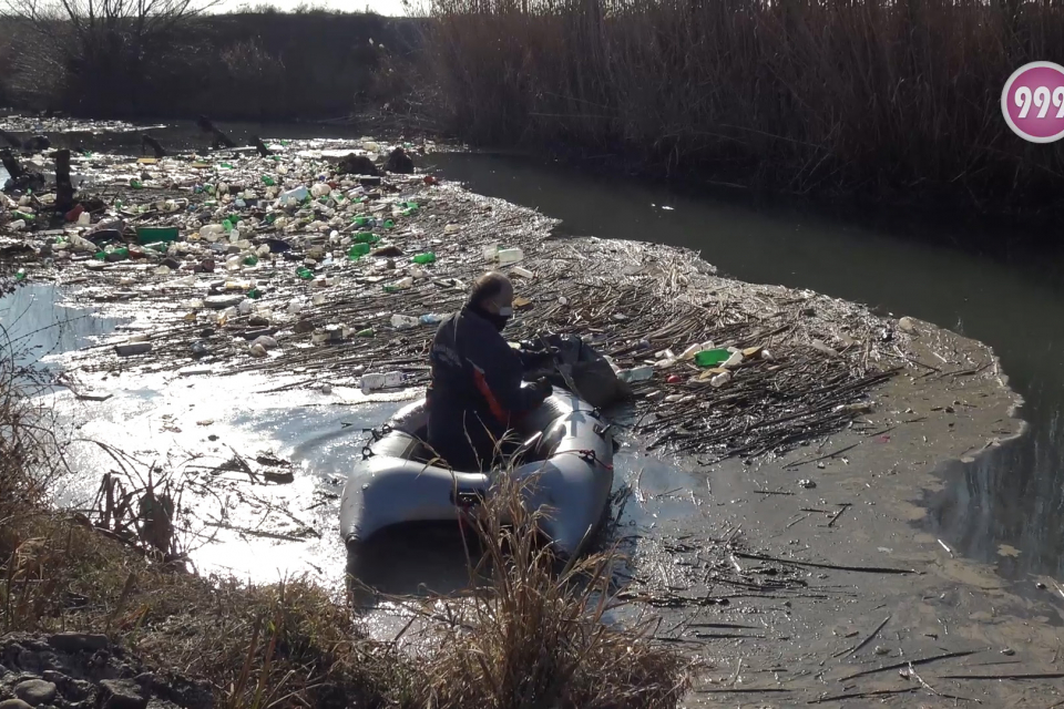 След редица сигнали за силно замърсяване на река Тунджа в района на бившия Руски пазар, община Ямбол взе спешни мерки за почистването й. То продължава...