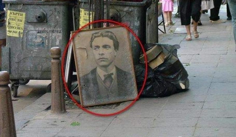 Портретът е подпрян до контейнер за отпавъци, а зад него се видят няколко кашона. Според човека, пуснал снимката, в кашоните имало хиляди книги, изхвърлени...