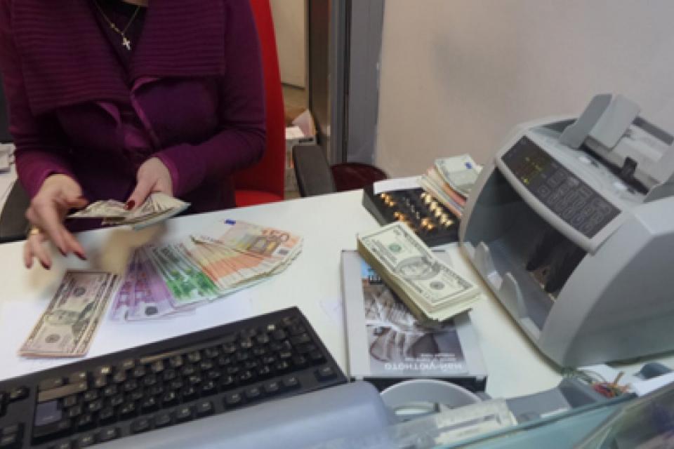 Таксите за обслужване в банковите клонове ще се увеличат в скоро време. Това ще стане за сметка на по-евтино електронно банкиране, за да може клиентите...