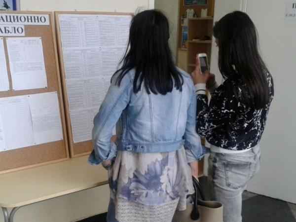 Изтича крайният срок за записване на приетите на първото класиране в гимназиите ученици. Днес е срокът за подаване и на заявленията за участие във второто...