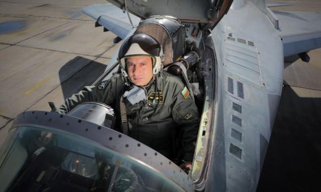 """Загиналият преди седмици пилот на изтребител МиГ-29 Валентин Терзиев е повишен посмъртно в звание """"подполковник"""". Това съобщават от Министерството на отбраната. Валентин..."""