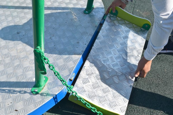 Поредна вандалска проява. Случаят е от Разград, където е счупено не какво да е общинско имущество, а въртележката за деца с инвалидни колички, съобщават...