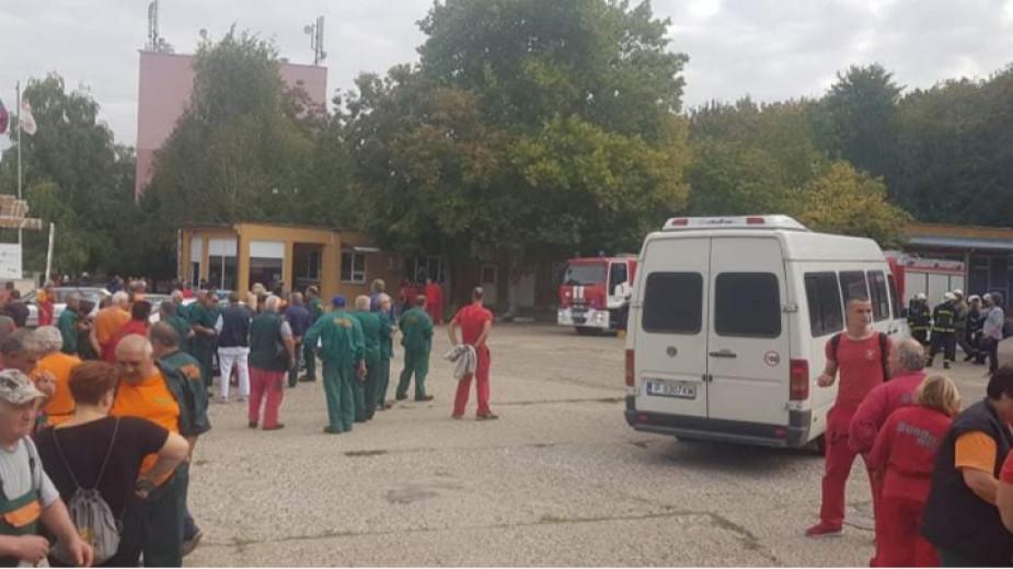 """Няма пламъци в цеха за тротил на завод """"Дунарит"""" в Русе, където преди обед избухна пожар. Жителите на близките населени места са уведомени, че опасността..."""