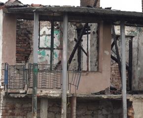 Пожар изпепели къщата на многодетно семейство. Хора помогнаха да имат нов дом (видео)