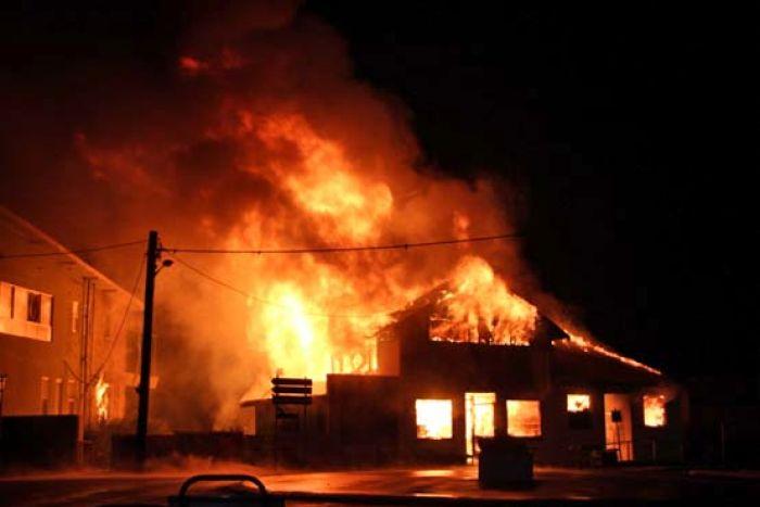 Около 15.05 ч. днес в 5-то РУ Бургас е получено съобщение за пожар в складовата зона на търговски обект в к-с Изгрев. Своевременно към мястото на инцидента...