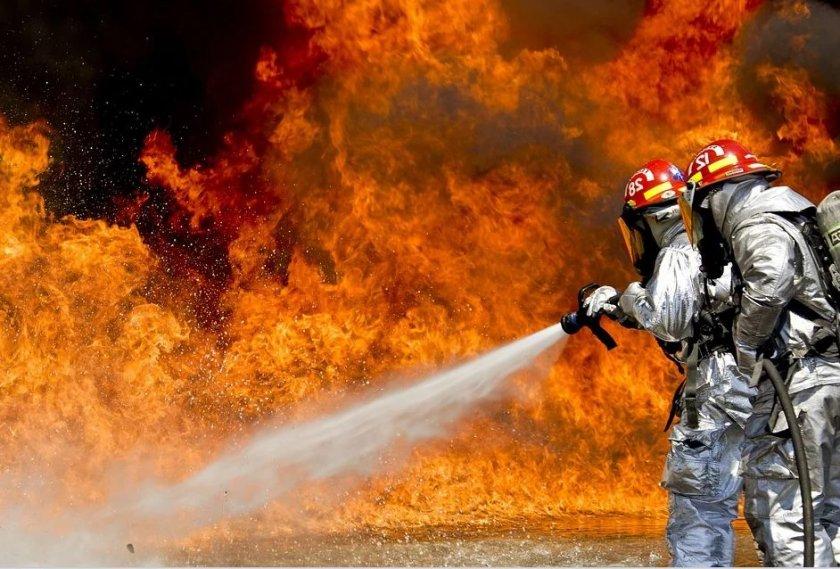 Пожарникари на РСПБЗН-Нова Загора са спасили 6 къщи в село Пет могили от пожар, предизвикан от небрежност при боравене с открит огън. Произшествието е...