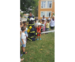 """Пожарникари посетиха детска градина """"Здравец"""" в Стралджа"""