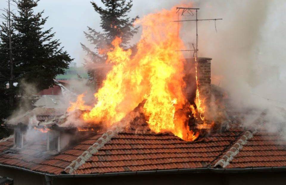"""Два екипа на РСПБЗН-Сливен са гасили пожар в къща, в местността """"Среди дол"""", собственост на 70-годишна жена от Сливен. Сигналът е получен в 16,08 часа..."""