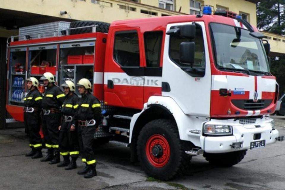 """Пожарникари от районните служби ПБЗН в Нова Загора и Сливен са спасили от опожаряване вилна зона """"Мечи камък"""" край село Кортен. На 9 юли, около 14,00 часа,..."""