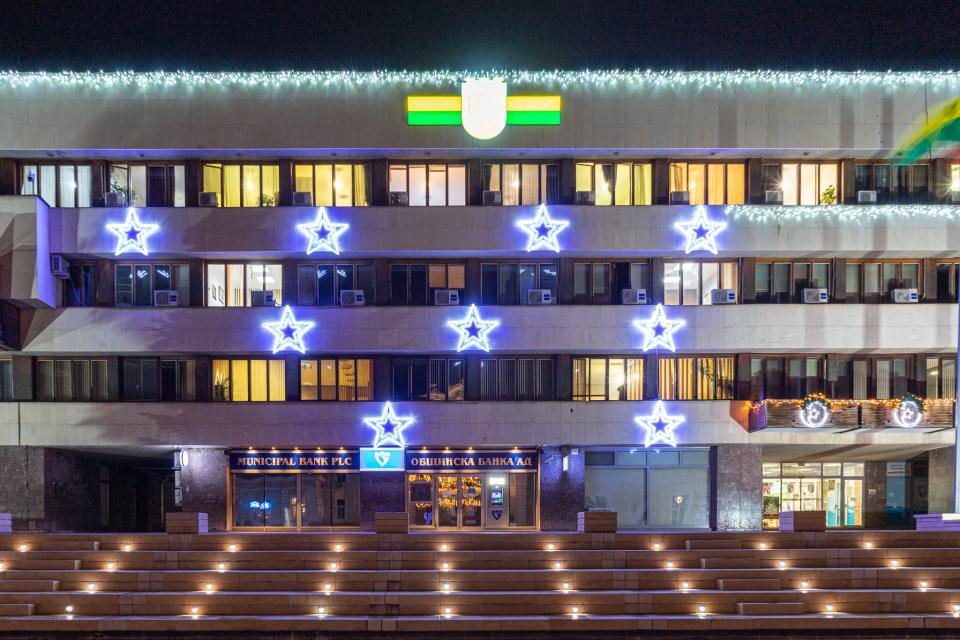 Община Ямбол поетапно монтира празничната коледна и новогодишна украса в града, която тази година е допълнена с нови изненади. Със светещи елементи е украсена...