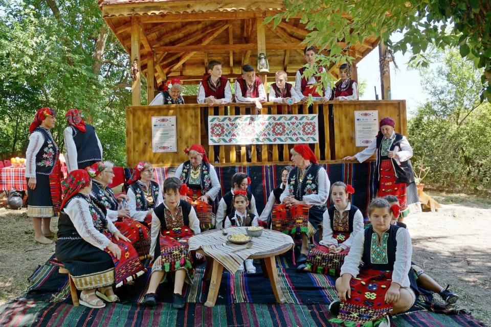 В продължение на два дни паркът на село Генерал Инзово отново се превърна в пъстра палитра на тунджанското многообразие от традиции, фолклор, носии, обичаи,...