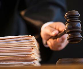 Предадоха на съд мъж и жена, обвинени в грабеж на над 3600 лева, чрез насилие