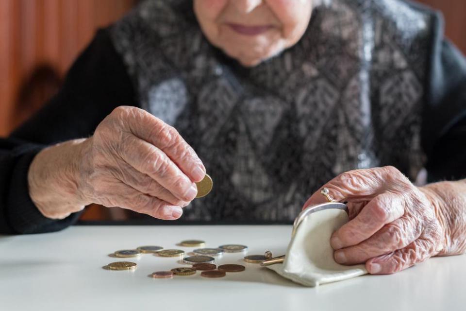 Социалната пенсия за старост да бъде увеличена с 6,7 на сто, считано от първи юли, предлага правителството. Така размерът на тази пенсия, определян всяка...