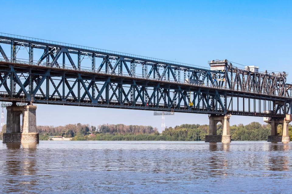 От 26 до 29 април за четири часа - от 20 ч. до 24 ч., ще се спира движението по Дунав мост при Русе. Въвеждането на временната организация на движение...