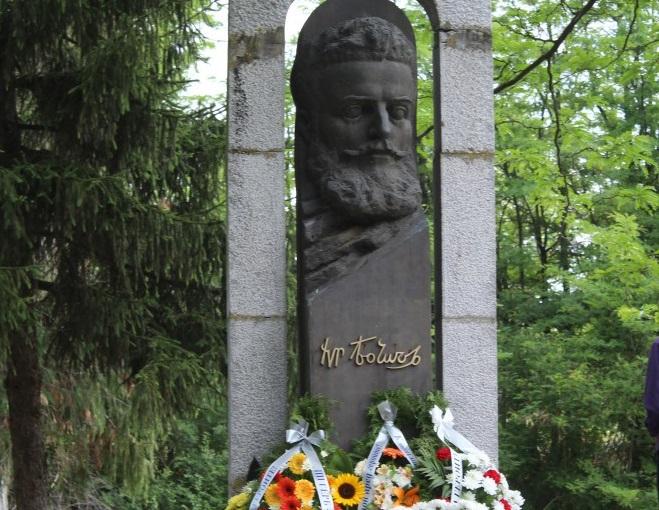 Всяка година на тази дата свеждаме глави пред подвига на Христо Ботев и загиналите за свободата и независимостта на България. В Ямбол в двора на Професионална...