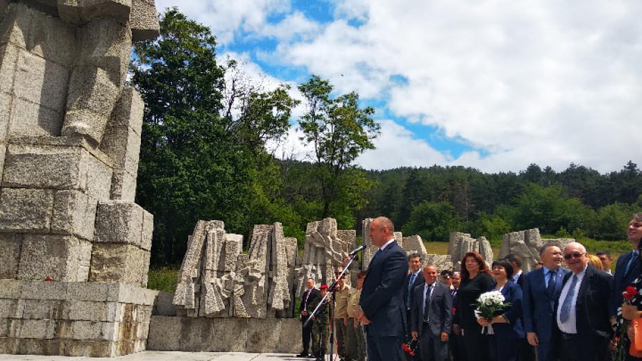 Президентът Румен Радев и вицепрезидентът Илияна Йотова присъстваха на възпоменателната церемония в Калофер - родния град на Христо Ботев. Точно в 12 ч....