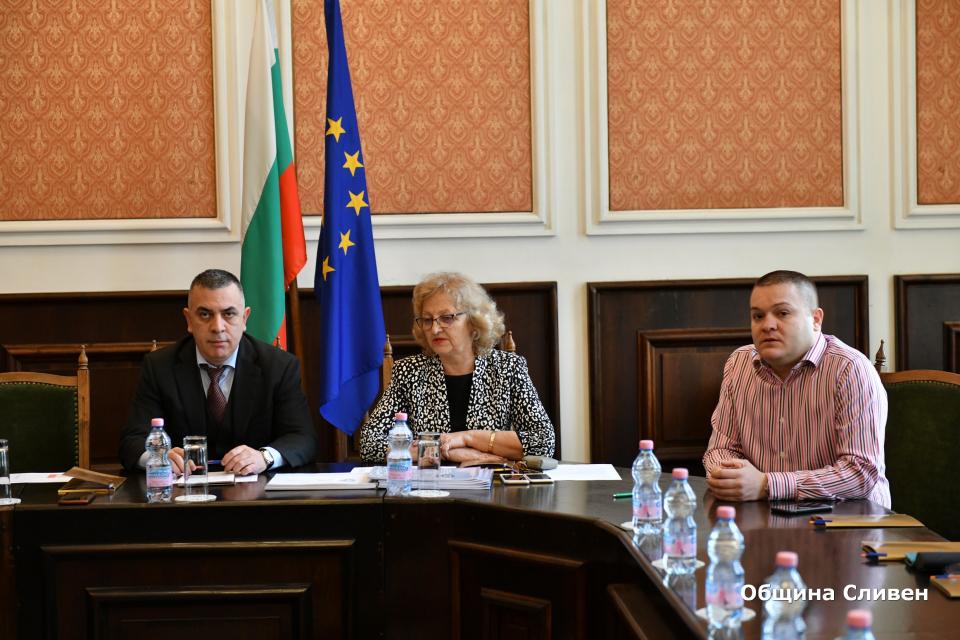 Новият план за защита при бедствия в община Сливен бе обсъден и приет единодушно днес на заседание на Съвета за намаляване на риска от бедствия при Общината. Дневният...