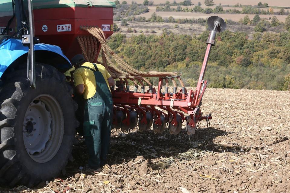 Есенната сеитба в Ямболска област приключи. Засадени са около 693 000 декара с пшеница, 102 000 декара - с ечемик, 169 000 декара - със зимна маслодайна...