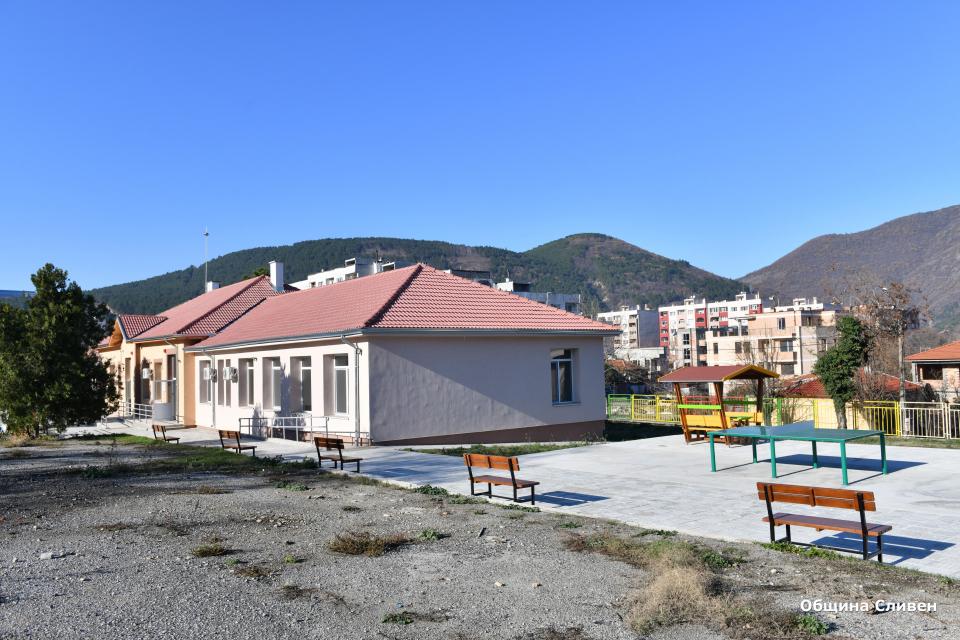 """Приключиха ремонтните дейности в бившето училище """"Хаджи Димитър"""" в квартал """"Клуцохор"""". В него вече ще се помещават два социални центъра – Дневен център..."""