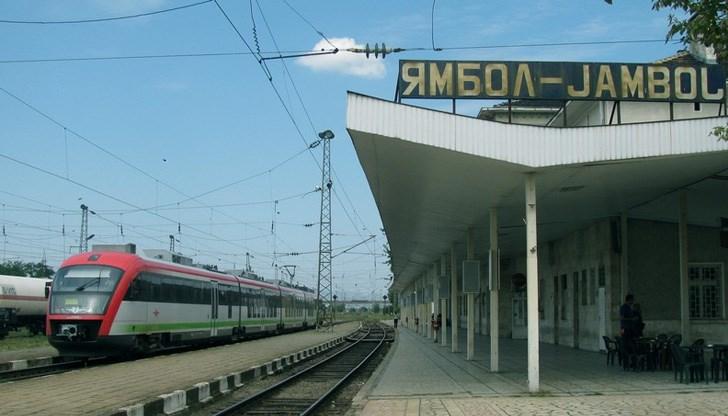 Пътническият влак Ямбол – Бургас, който трябваше да пристигне в гара Бургас в 07:50ч., се движи с 55 минути закъснение, съобщават от БДЖ. С този влак пътуваха...