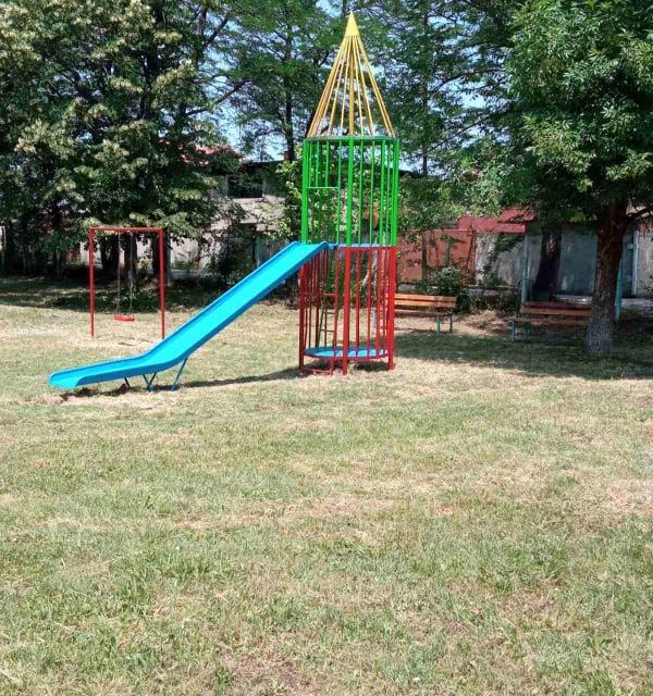 """Паркът в кв. """"Диньо Дачев"""" и районът около него бяха облагородени, съобщиха от Общинско предприятие """"Озеленяване"""". Обновени са съоръженията за игра на..."""