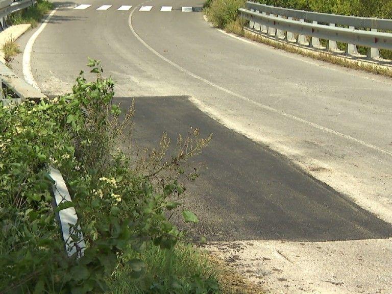 """Продължават дейностите по почистване на участъци от храсти и изсъхнали клони от общинската пътна мрежа, уведомяват от дирекция """"Общинска инфраструктура""""...."""