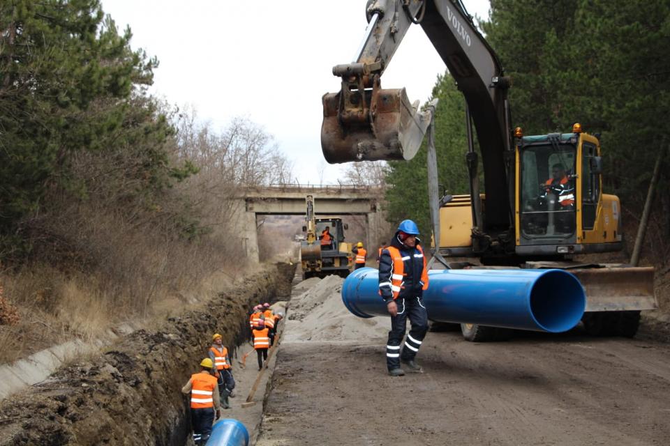 """Извършва се инженеринг, който включва проектиране , строителство и авторски надзор за реконструкция на външен водопровод """"Воден-Елхово"""" в участъка от боляровското..."""