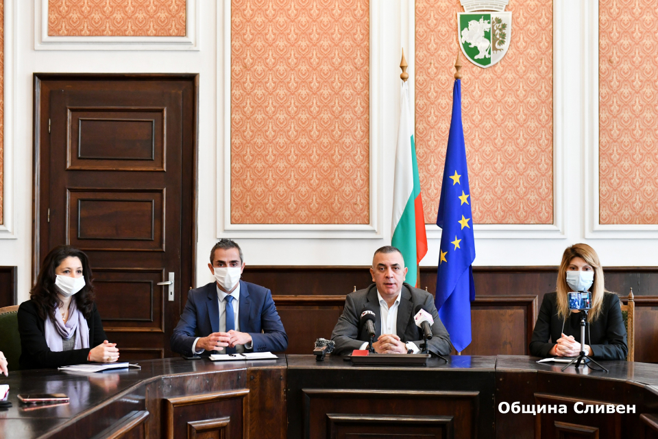 Продължават текущите ремонтни дейности по обекти и част от пътната инфраструктура в община Сливен, заяви кметът Стефан Радев по време на днешния брифинг...