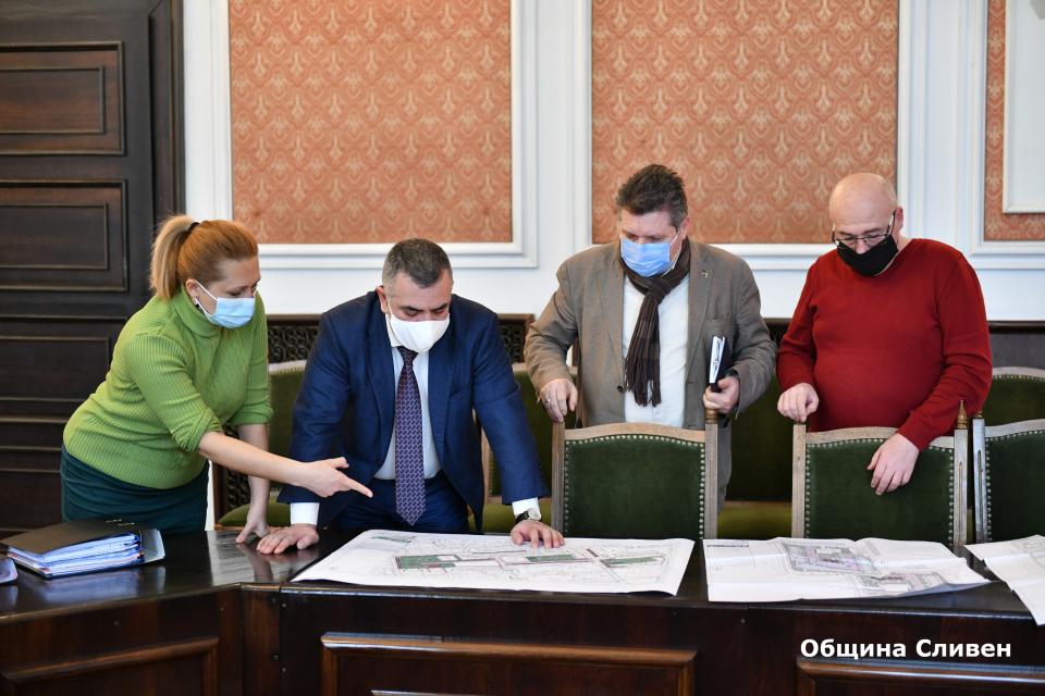 Кметът Стефан Радев проведе работна среща със специалисти от Общината, на която бяха представени готовите инвестиционни проекти за облагородяване на терени...