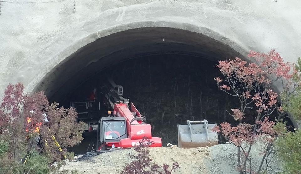 """Прокопани са първите 400 м от тунела """"Железница""""на автомагистрала """"Струма"""", съобщиха от Агенция """"Пътна инфраструктура"""" (АПИ).Строителните дейности на..."""