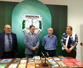 Прокурори дариха книги на затвора в Бургас, събират и за Сливен