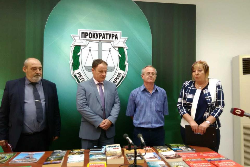 Над 220 книги, енциклопедии и учебници попълниха рафтовете на библиотеката на Затвора в Бургас. Произведенията са предоставени от прокурори и следователи...