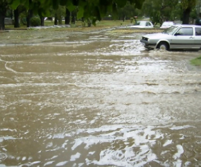 Проливен дъжд наводни улици в Сливен. Вадиха закъсали автомобили