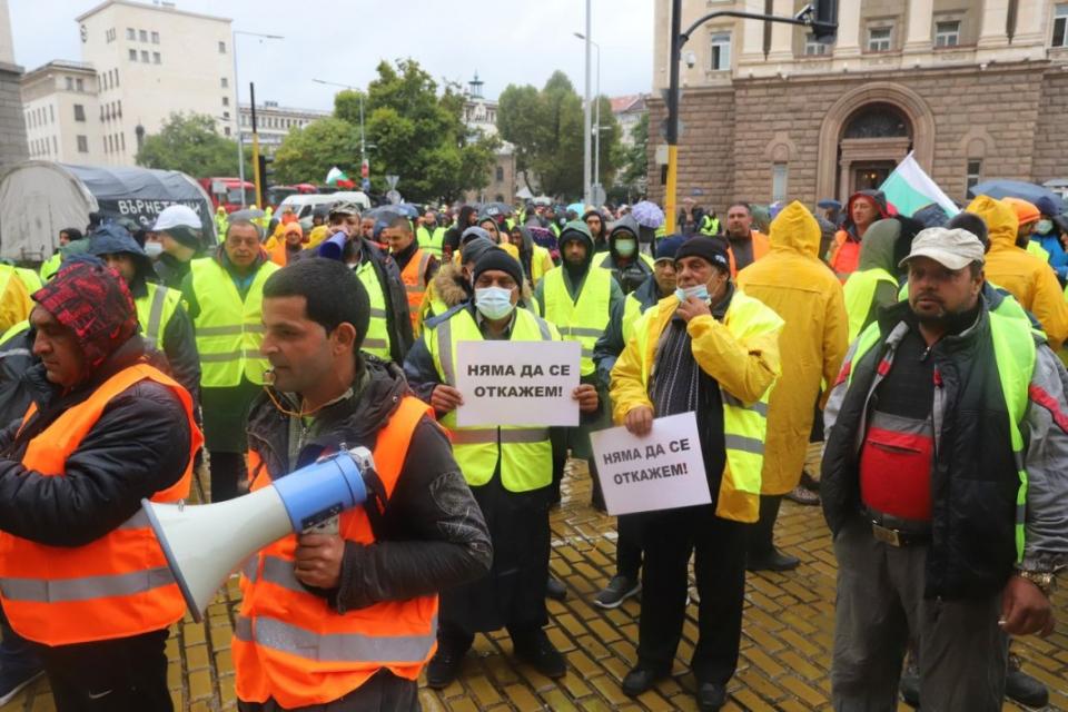 """Тежкотоварни камиони на пътностроителните фирми, които протестират пред сградата на правителството, блокираха движението по булевардите """"Дондуков"""" и """"Цар..."""