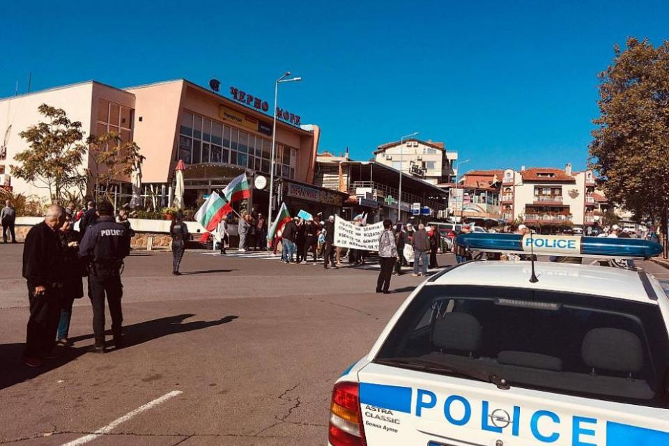 Граждани от Черноморец, Атия и Присадзатвориха пътя за Созопол в знак на протест срещу изграждането на депо за опасни битови отпадъци в Атия, липсата...