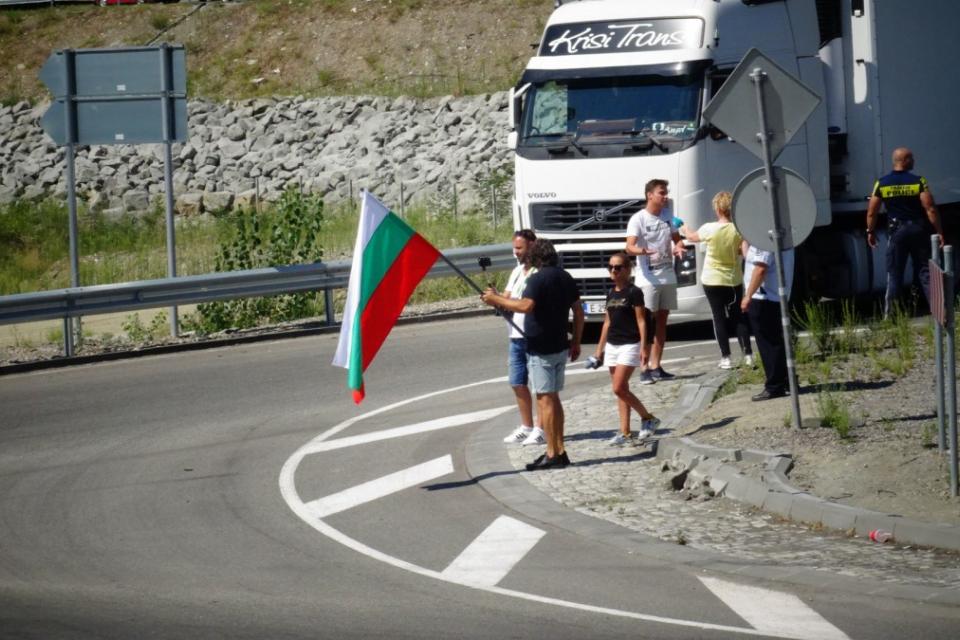 """Около 50 протестиращи излязоха днес и на международния път Е-79 край Благоевград в района след """"Рибарника"""", съобщи Радио Благоевград. В 10.45 около 30..."""