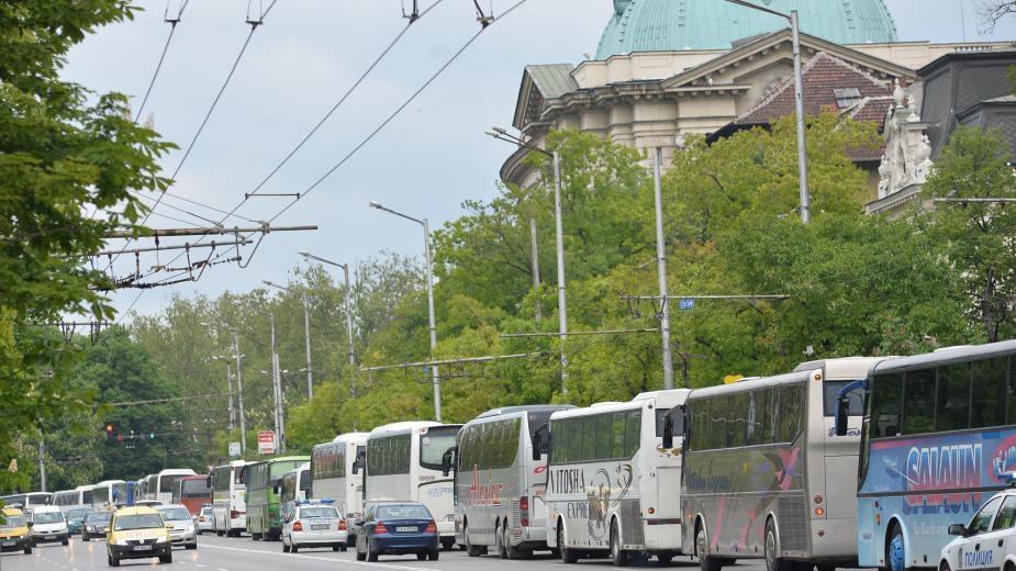 Собственици на фирми за случаен превоз ще протестират с шествие на автобуси днес в София. Браншът, който е силно засегнат от кризата с коронавируса, не...