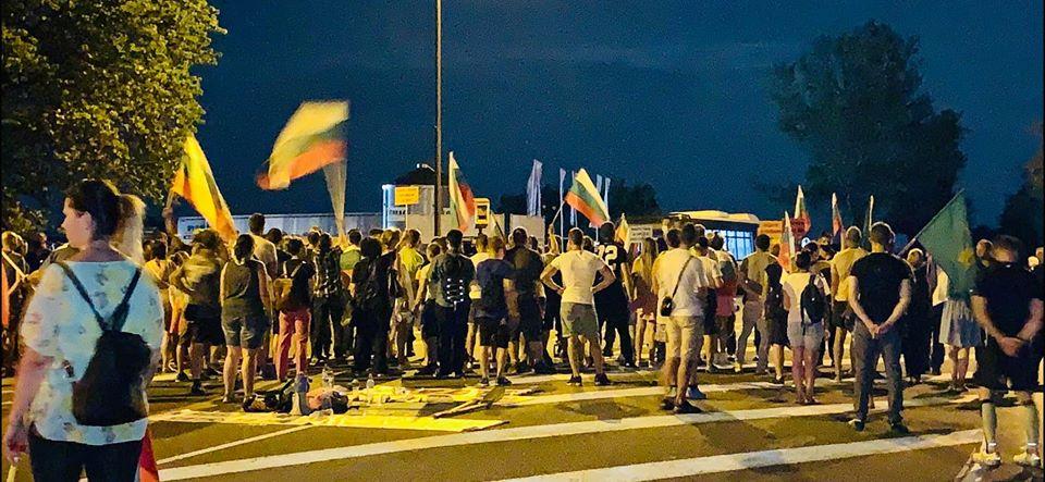 """Протестиращите, които блокираха снощи подстъпите към магистрала """"Тракия"""" край Стара Загора, останаха там цяла нощ и към момента пътят остава блокиран,..."""