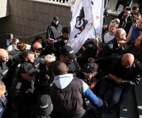 Протестиращи нападнаха просветния министър Николай Денков