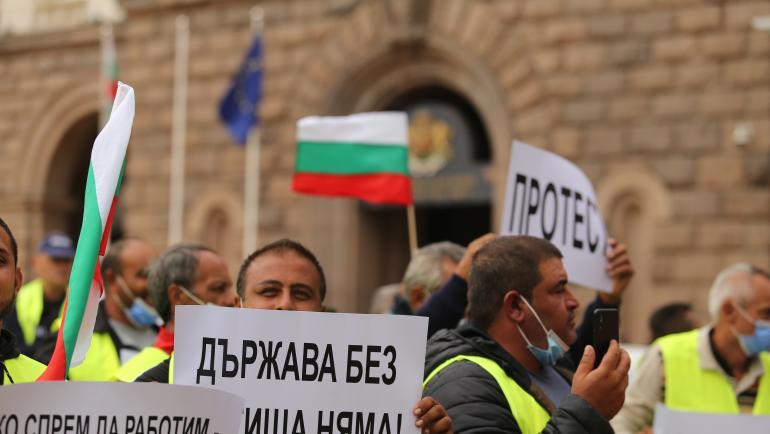 """Работници и служители от дружеството """"Автомагистрали - Черно море"""" излязоха на пореден протест. Те се събраха пред регионалното министерство заради неизплатени..."""