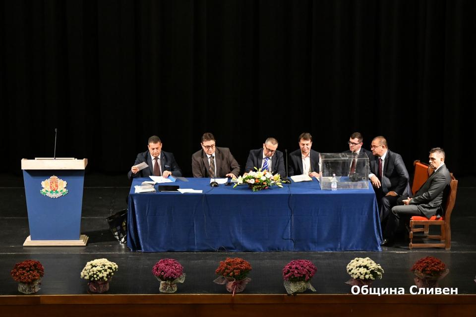 Новият местен парламент днес официално встъпи в длъжност. Първото му заседание бе свикано със заповед на областния управител Чавдар Божурски. Точките...
