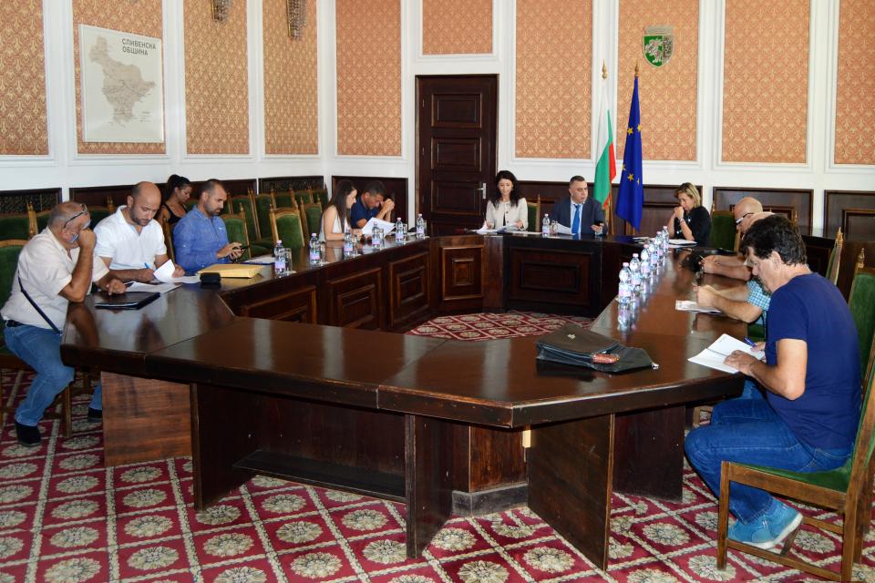 Днес кметът Стефан Радев проведе консултации с представителите на местните ръководства на 6 политически партии и коалиции, представени в 44-то Народно...