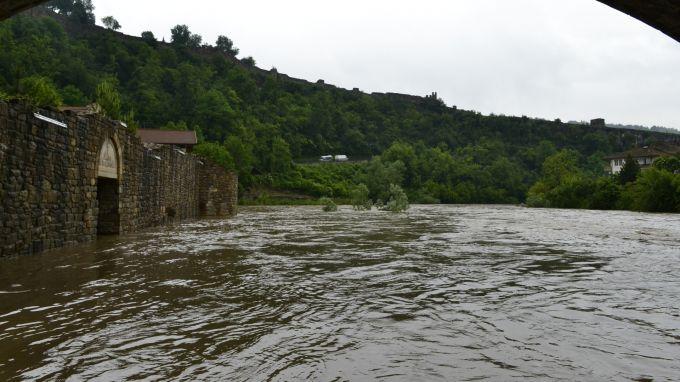 Регионалната екологична инспекция във Велико Търново направи проверка на корекцията на река Янтра при село Драганово по сигнал за умряла риба и побеляване...