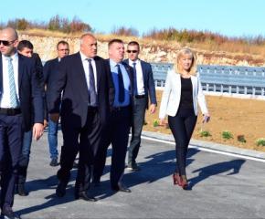Пусне ли Ердоган бежанците - събарят оградата и минават границата