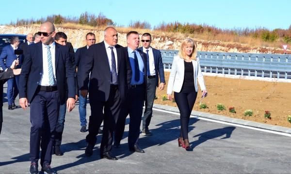 """След изявлението на турския президент Реджеп Ердоган, че ще отвори """"границите към Европейския съюз за сирийските бежанци"""", премиерът Бойко Борисов успокои,..."""
