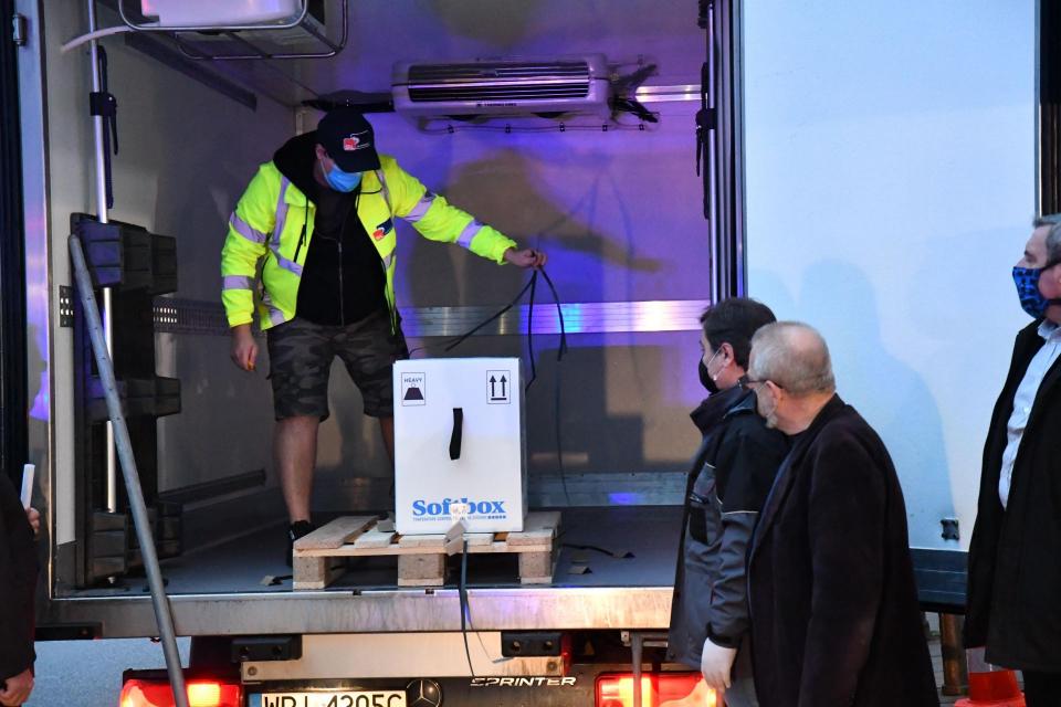 Ваксините срещу коронавирус на Пфайзер/Бионтех пристигнаха с полицейски ескорт пред централния вход на Центъра по заразни и паразитни болести. В района...